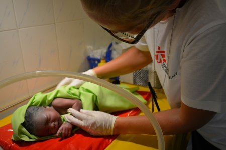 Midwife attends to a newborn child in the MSF hospital maternity ward in Agok