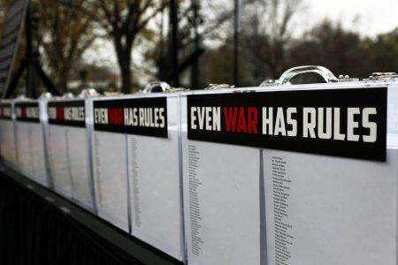 Pancartes de protestations contre les violences de guerre