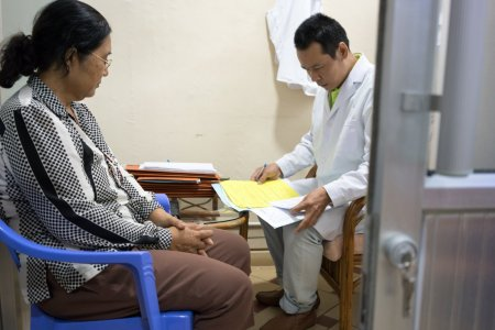 Nov Sokah, 61, in consultation with MSF Nurse Counsellor Chor Samang at the MSF Hepatitis C clinic at Preah Kossamak Hospital in Phnom Penh, Cambodia, 20, April 2017.