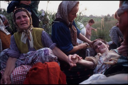 Tuzla: Refugees from the Srebrenica enclave (women, children and elderly), just one day after it's fall. Juillet 1995